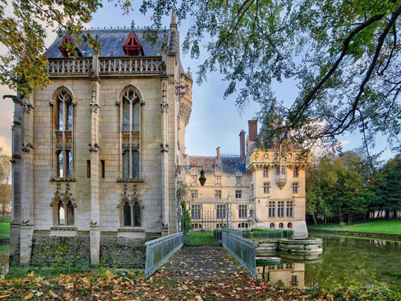 the-castle-wasnt-always-this-gorgeous-in-the-ensuing-two-centuries-it-fell-into-disrepair-before-being-completely-renovated-in-1867-at-that-time-it-also-received-a-chapel-and-a-dungeon-square